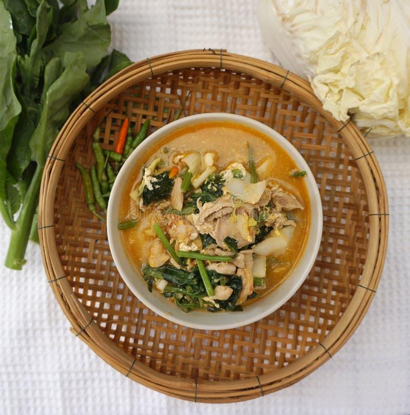 Σπιτικό ταϊλανδικό πικάντικο λαχανικό ύφους με τη σούπα κοτόπουλου στοκ φωτογραφία με δικαίωμα ελεύθερης χρήσης