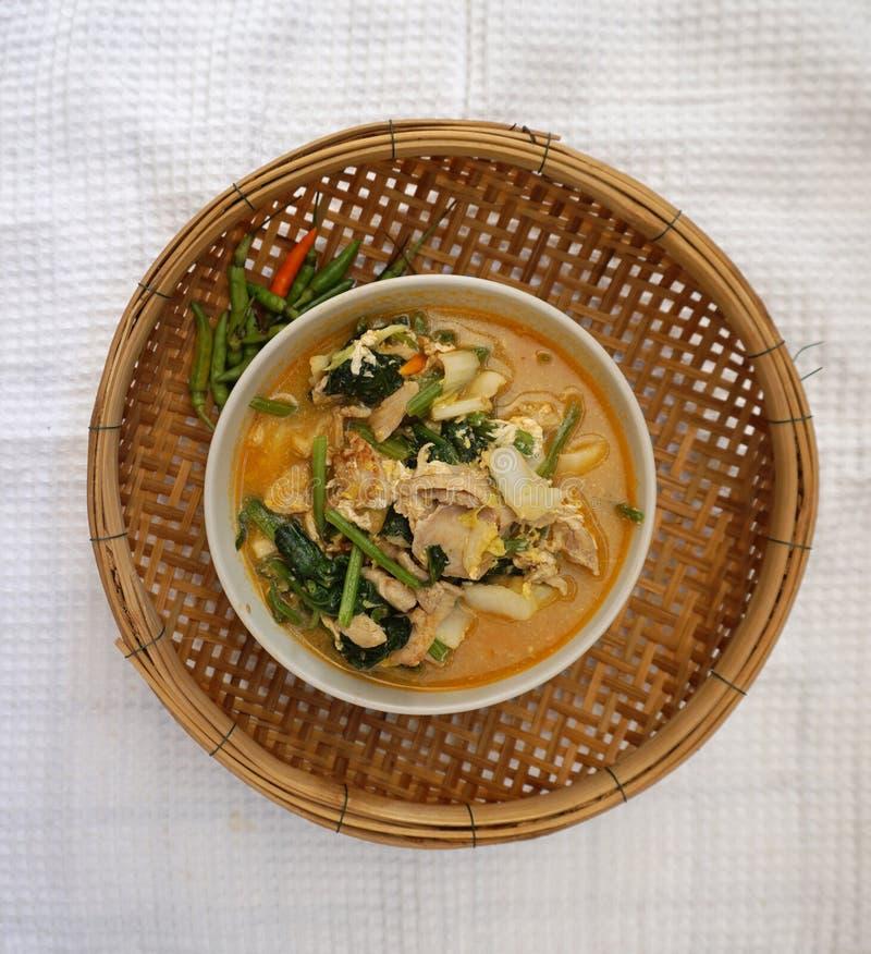 Σπιτικό ταϊλανδικό πικάντικο λαχανικό ύφους με τη σούπα κοτόπουλου στοκ φωτογραφία