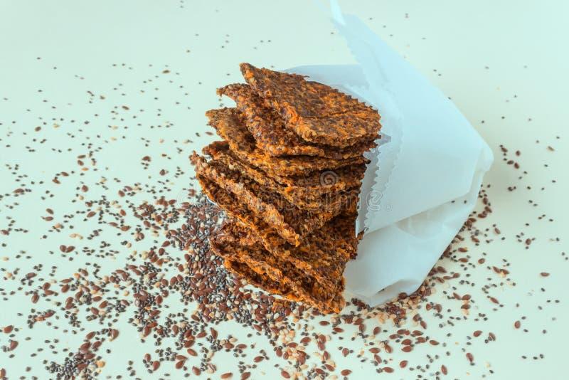 Σπιτικό τραγανό ψωμί από τους σπόρους λιναριού, Chia, το σουσάμι και τα καρότα Έννοια-υγιή τρόφιμα, χορτοφαγία, ακατέργαστα τρόφι στοκ εικόνα
