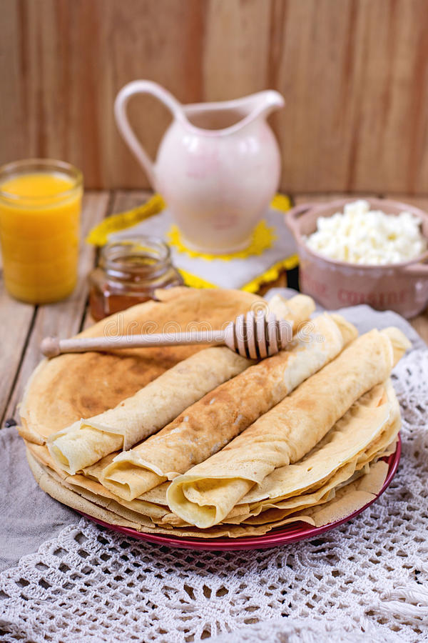 Σπιτικό τυρί εξοχικών σπιτιών με το χυμό από πορτοκάλι και τις τηγανίτες στοκ εικόνες με δικαίωμα ελεύθερης χρήσης