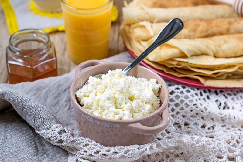 Σπιτικό τυρί εξοχικών σπιτιών με το χυμό από πορτοκάλι και τις τηγανίτες στοκ εικόνα με δικαίωμα ελεύθερης χρήσης