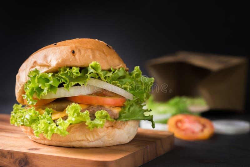 Σπιτικό χάμπουργκερ χοιρινού κρέατος στο μαύρο υπόβαθρο στοκ φωτογραφία με δικαίωμα ελεύθερης χρήσης
