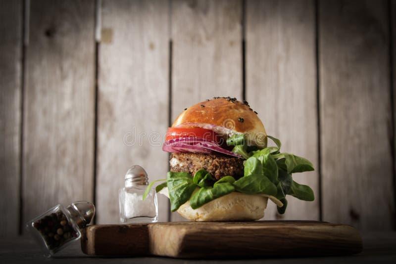 σπιτικό χορτοφάγο burger στους σπόρους ενός κουλουριών σουσαμιού της μπύρας στοκ φωτογραφίες