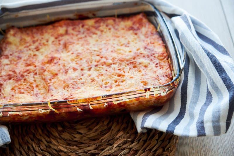Σπιτικό χορτοφάγο lasagna με τη μελιτζάνα και τις ντομάτες στοκ φωτογραφία