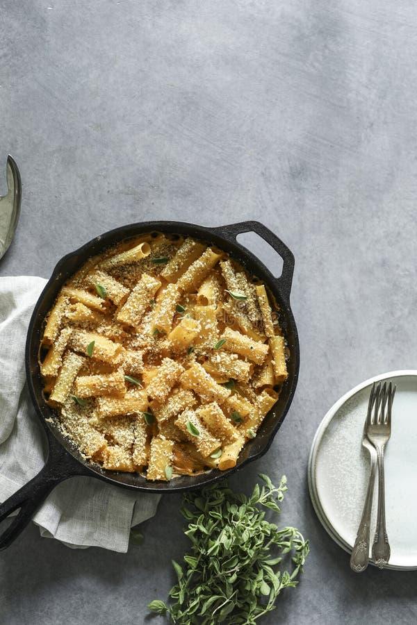 Σπιτικό ψημένο vegan τυρί της Mac ν στοκ εικόνες