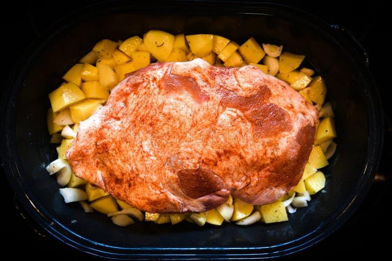 Σπιτικό ψητό του βόειου κρέατος, του χοιρινού κρέατος ή του αρνιού και των πατατών στοκ εικόνα