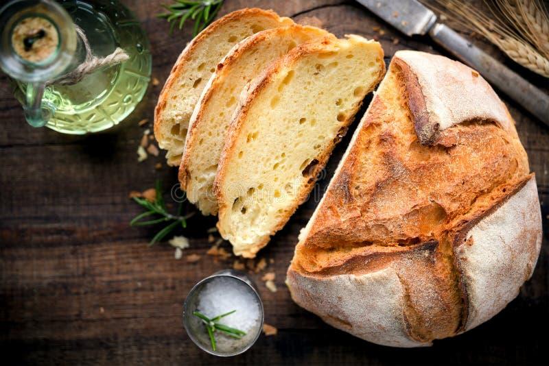 Σπιτικό ψωμί στο αγροτικό ξύλινο υπόβαθρο στοκ εικόνες