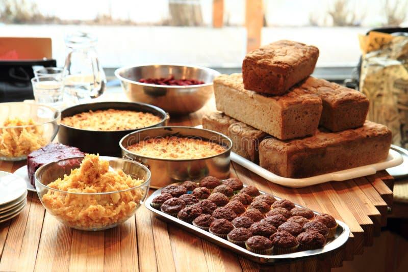 Σπιτικό ψωμί τροφίμων, πίτα μήλων και επιδόρπιο σοκολάτας στοκ εικόνα με δικαίωμα ελεύθερης χρήσης