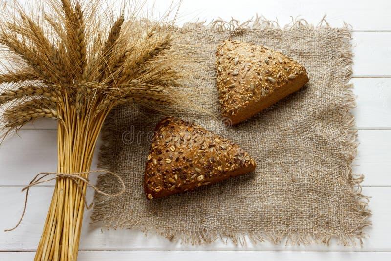 Σπιτικό ψωμιά ή κουλούρι στο άσπρο ξύλινο υπόβαθρο, τη τοπ άποψη έννοιας τροφίμων προγευμάτων και το διάστημα αντιγράφων στοκ εικόνα