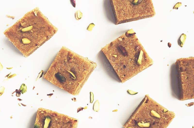 Σπιτικό besan burfi καρύδων, παραδοσιακά ινδικά γλυκά στοκ εικόνες
