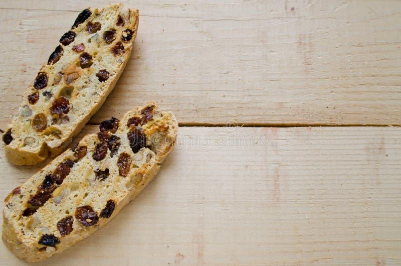 Σπιτικό biscotti με τις σταφίδες και τα καρύδια στοκ εικόνες με δικαίωμα ελεύθερης χρήσης
