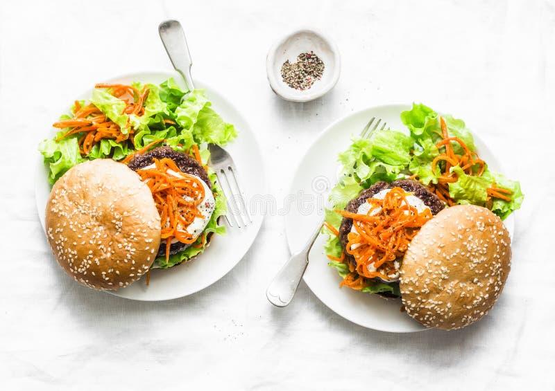 Σπιτικό burger βόειου κρέατος με τα πικάντικα μαριναρισμένα καρότα και την πράσινη σαλάτα - εύγευστο πρόχειρο φαγητό, brunch, tap στοκ φωτογραφία