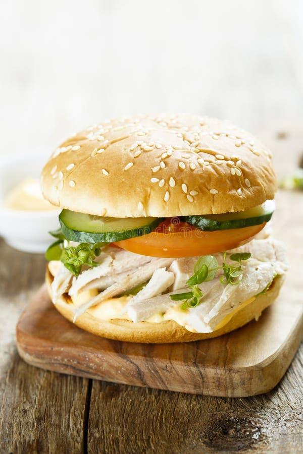 Σπιτικό burger κοτόπουλου με τα φρέσκα λαχανικά στοκ φωτογραφία με δικαίωμα ελεύθερης χρήσης