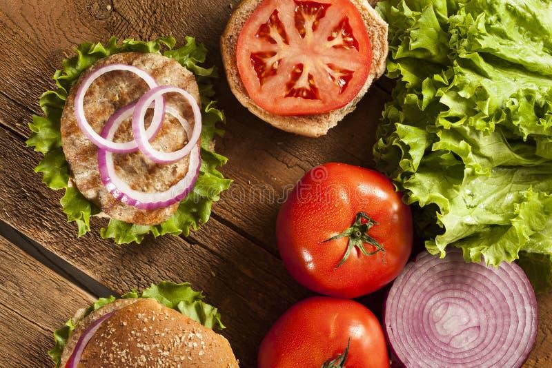 Σπιτικό Burger της Τουρκίας σε ένα κουλούρι στοκ εικόνες