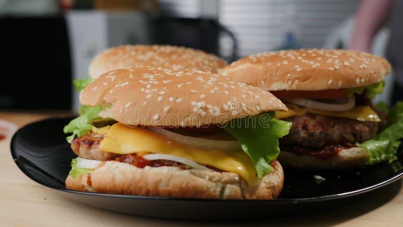 Σπιτικό burger Τρόφιμα, πιάτο στοκ εικόνα