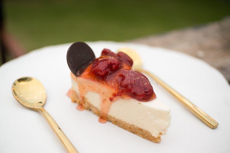 Σπιτικό cheesecake φραουλών κάλυμμα με τη μαρμελάδα φραουλών στοκ εικόνες