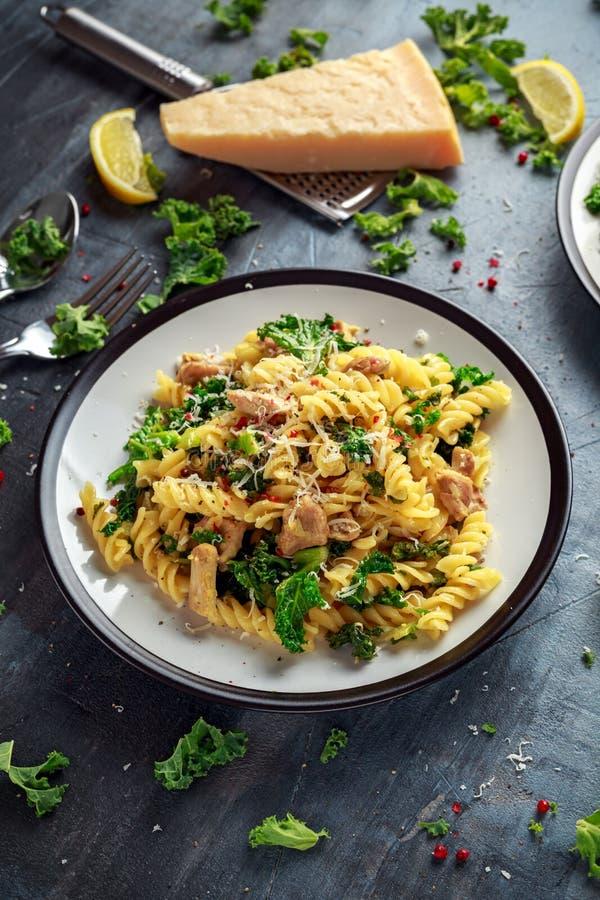 Σπιτικό fusilli ζυμαρικών με το κοτόπουλο, το πράσινο τυρί του Kale, σκόρδου, λεμονιών και παρμεζάνας Υγιή εγχώρια τρόφιμα στοκ εικόνες με δικαίωμα ελεύθερης χρήσης