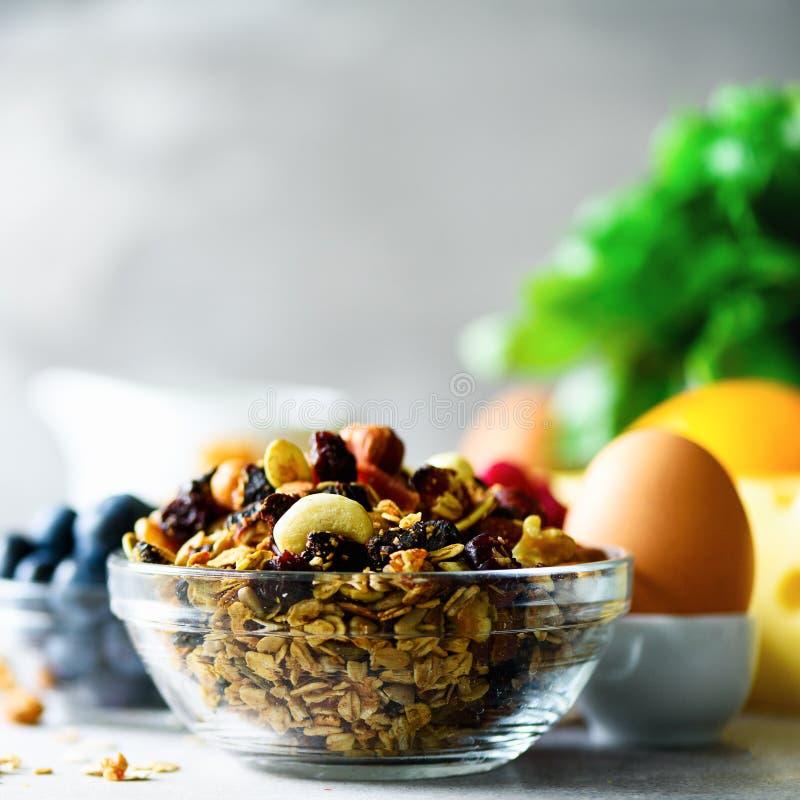 Σπιτικό granola με το γάλα, φρέσκα μούρα, γάλα για το διάστημα αντιγράφων προγευμάτων υγιής έννοια προγευμάτων πρωί ηλιόλουστο στοκ εικόνα με δικαίωμα ελεύθερης χρήσης