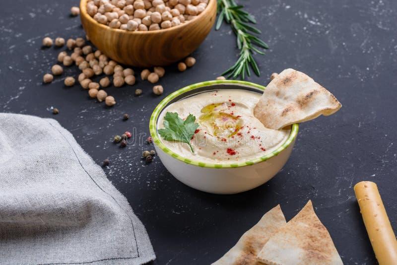 Σπιτικό hummus με τα ραβδιά ψωμιού pita και grissini Μεσο-Ανατολική παραδοσιακή και αυθεντική αραβική κουζίνα στοκ φωτογραφία