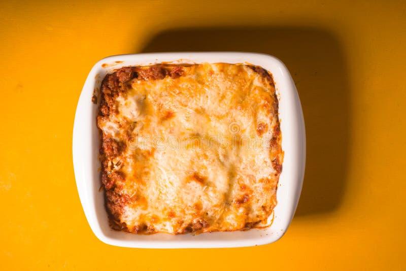Σπιτικό lasagna κρέατος στην ξύλινη κίτρινη άποψη επιτραπέζιων κορυφών στοκ φωτογραφίες με δικαίωμα ελεύθερης χρήσης
