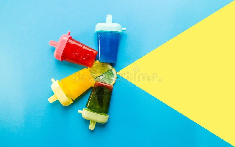 Σπιτικό Popsicles που απομονώνεται μπλε σε κίτρινο στοκ εικόνες με δικαίωμα ελεύθερης χρήσης