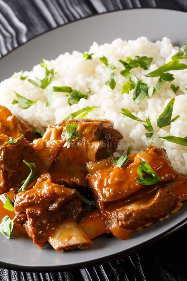 Σπιτικό stew των κοντών πλευρών βόειου κρέατος με το ρύζι σε μια πικάντικη κινηματογράφηση σε πρώτο πλάνο σάλτσας σε ένα πιάτο : στοκ φωτογραφίες