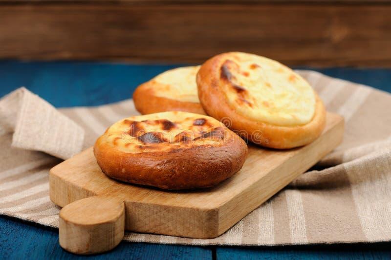 Σπιτικό vatrushka, ρωσική ζύμη με το τυρί εξοχικών σπιτιών σε ξύλινο στοκ εικόνες