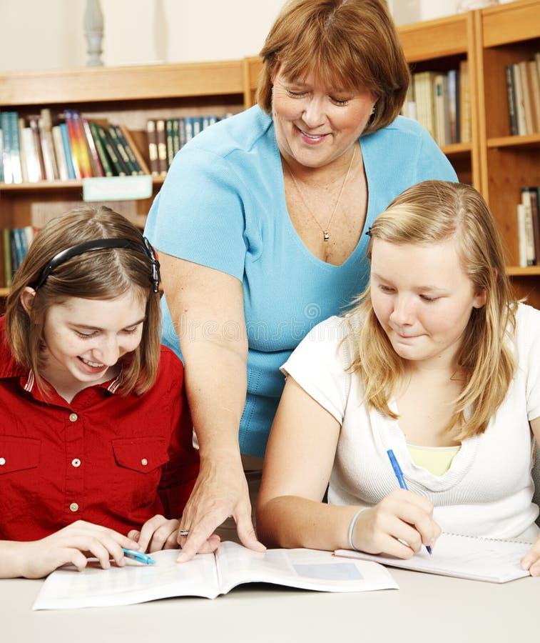 σπουδαστές βιβλιοθηκά&rho στοκ εικόνα