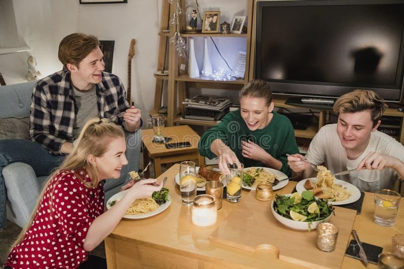 Σπουδαστές που έχουν ένα κόμμα γευμάτων στοκ φωτογραφία