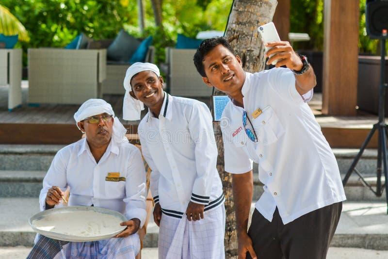 Σπουδαστές που παίρνουν selfie με το μουσουλμανικό maldivian δάσκαλο ορθογραφίας στοκ εικόνες