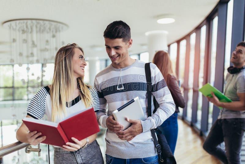 Σπουδαστές που χρησιμοποιούν αυτοί ψηφιακή ταμπλέτα σε ένα πανεπιστήμιο στοκ εικόνες