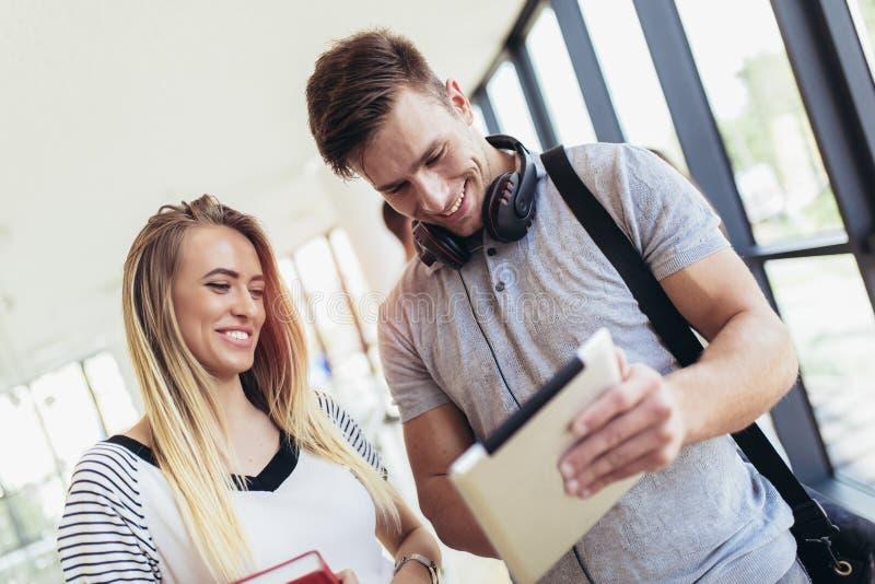 Σπουδαστές που χρησιμοποιούν αυτοί ψηφιακή ταμπλέτα σε ένα πανεπιστήμιο στοκ φωτογραφία με δικαίωμα ελεύθερης χρήσης