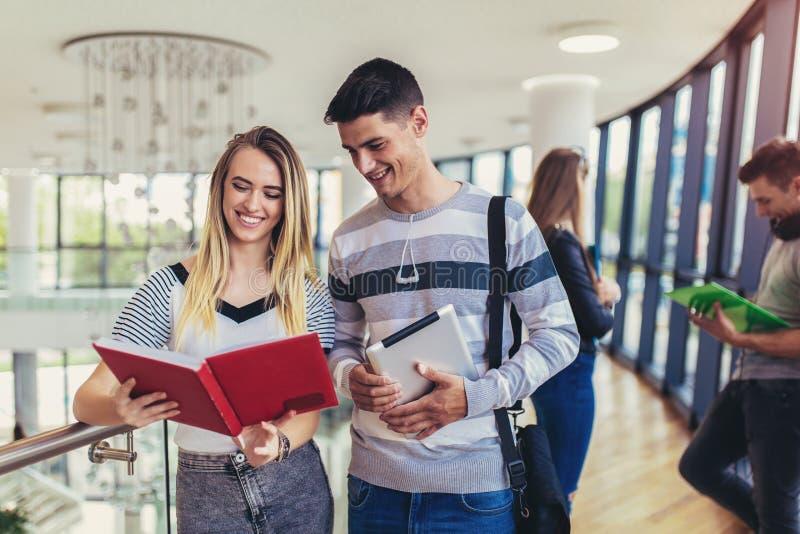 Σπουδαστές που χρησιμοποιούν αυτοί ψηφιακή ταμπλέτα σε ένα πανεπιστήμιο στοκ εικόνα με δικαίωμα ελεύθερης χρήσης