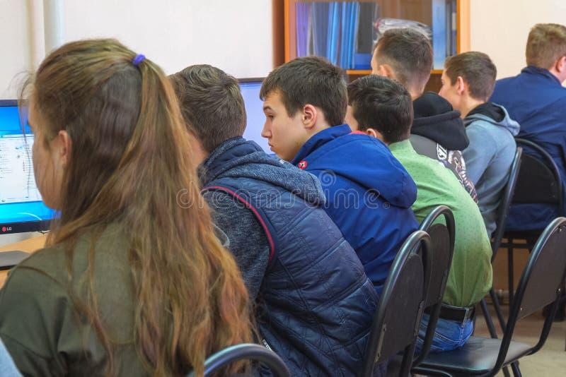 Σπουδαστές σε μια κατηγορία υπολογιστών Σπουδαστές μπροστά από τους υπολογιστές σε μια κατηγορία υπολογιστών στοκ φωτογραφία με δικαίωμα ελεύθερης χρήσης