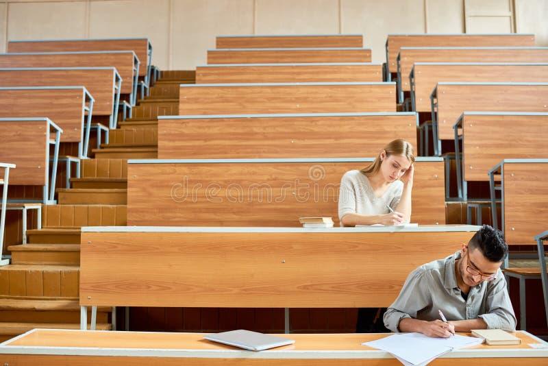 Σπουδαστές στην κενή αίθουσα συνεδριάσεων στοκ εικόνες με δικαίωμα ελεύθερης χρήσης