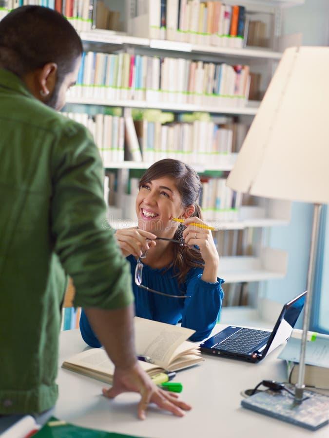 Σπουδαστές στη βιβλιοθήκη στοκ φωτογραφίες με δικαίωμα ελεύθερης χρήσης
