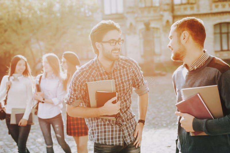 σπουδαστές τύποι Βιβλία Στάση στο πανεπιστήμιο στοκ εικόνες