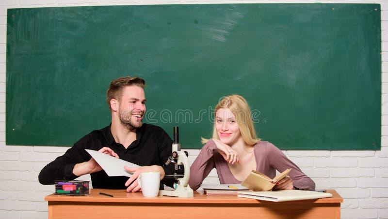 Σπουδαστές φίλων που μελετούν το πανεπιστήμιο Διασκέδαση κολλεγίου Σύγχρονη εκπαίδευση Κατοχή της διασκέδασης στο κολλέγιο Ξένοια στοκ φωτογραφία με δικαίωμα ελεύθερης χρήσης