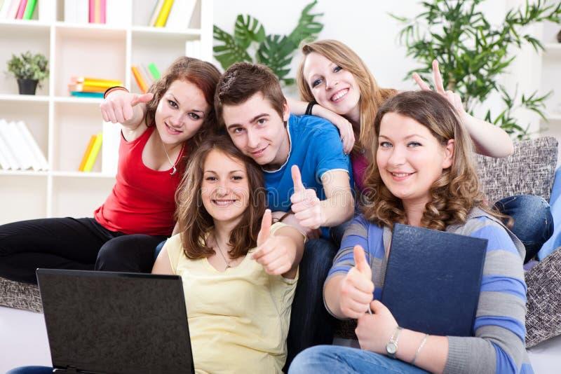 Σπουδαστές Teens με το φορητό προσωπικό υπολογιστή στοκ εικόνα με δικαίωμα ελεύθερης χρήσης