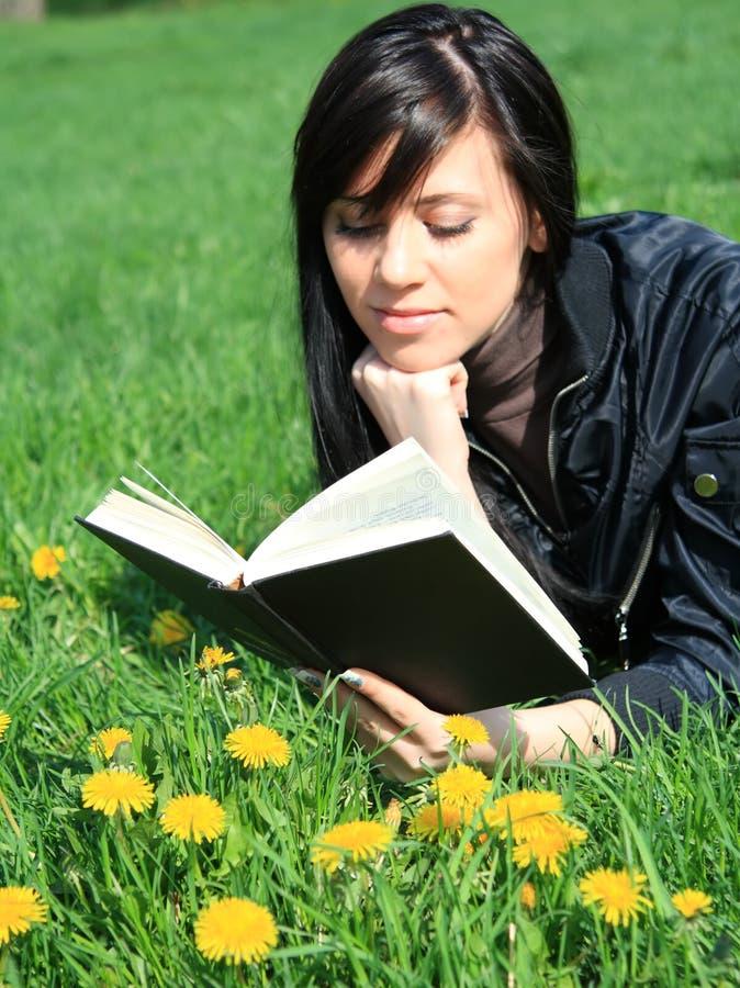 σπουδαστής ανάγνωσης βι&b στοκ εικόνα