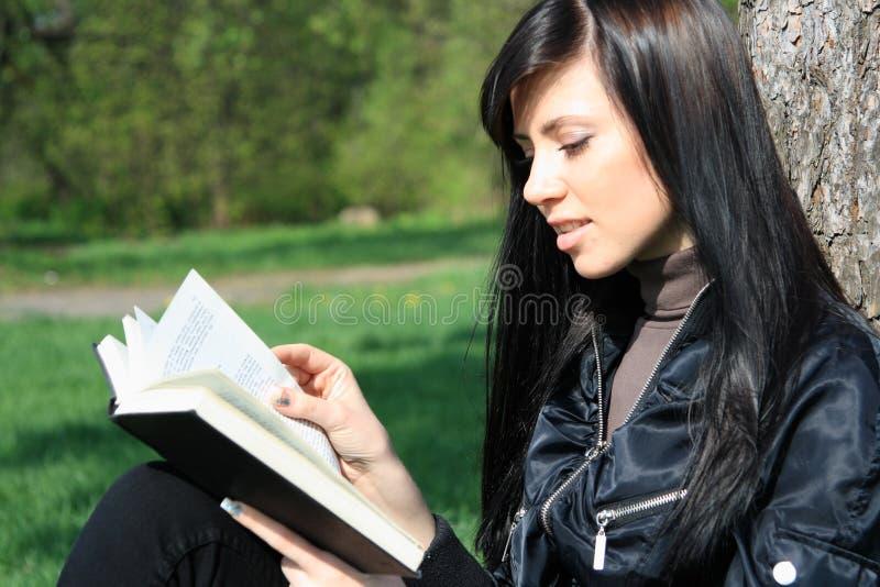 σπουδαστής ανάγνωσης βι&b στοκ εικόνες με δικαίωμα ελεύθερης χρήσης