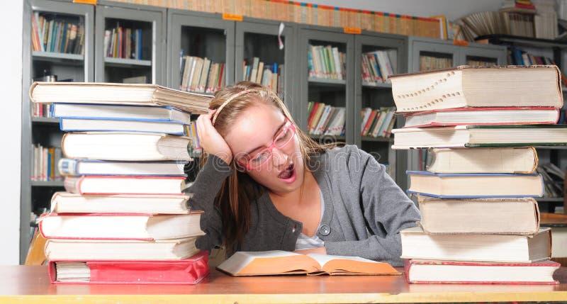 σπουδαστής βιβλιοθηκώ&nu στοκ φωτογραφία με δικαίωμα ελεύθερης χρήσης