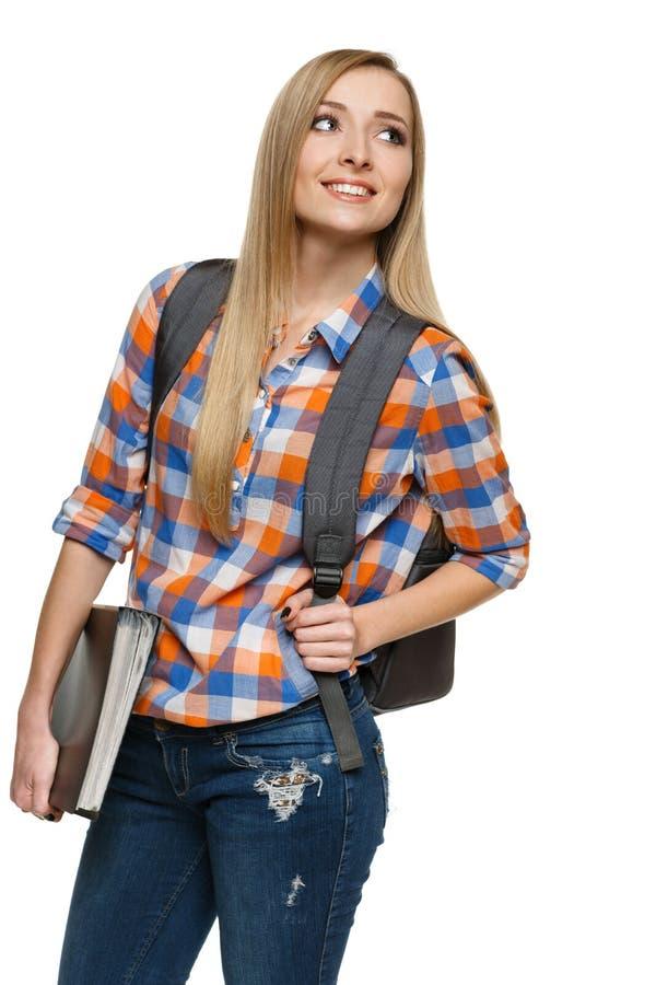 Σπουδαστής γυναικών που στέκεται με backpack τη γραμματοθήκη εκμετάλλευσης στοκ φωτογραφία