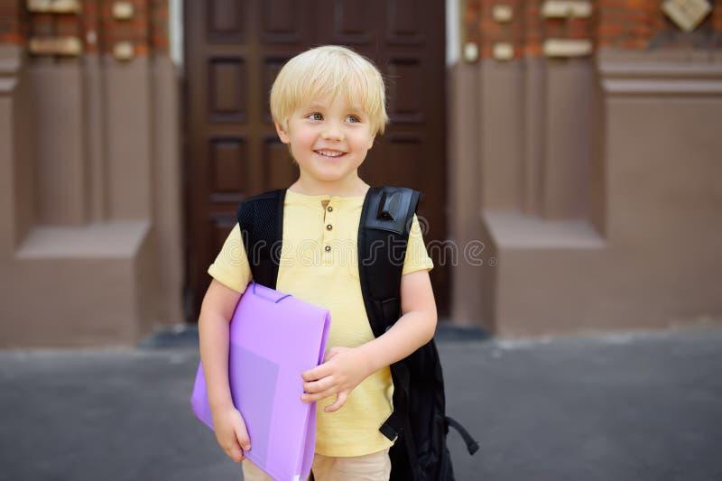Σπουδαστής κοντά στην πύλη του σχολικού κτιρίου στοκ φωτογραφία