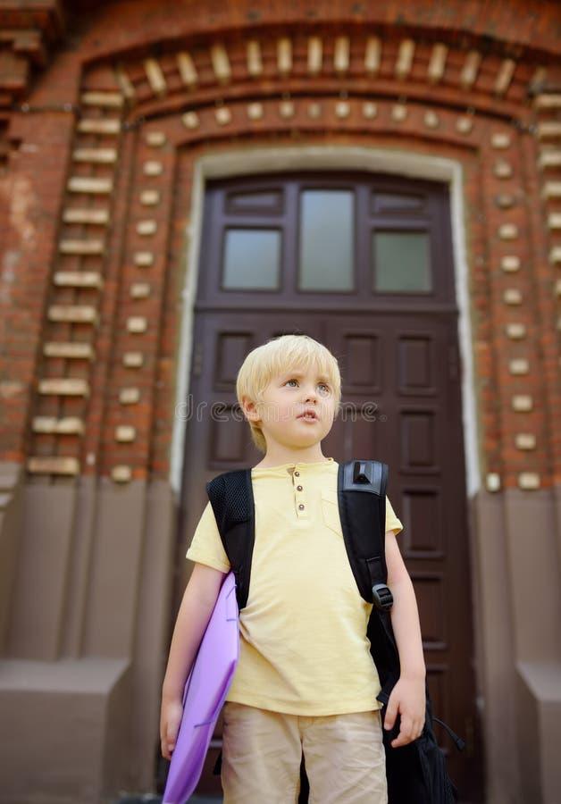 Σπουδαστής κοντά στην πύλη του σχολικού κτιρίου στοκ φωτογραφίες