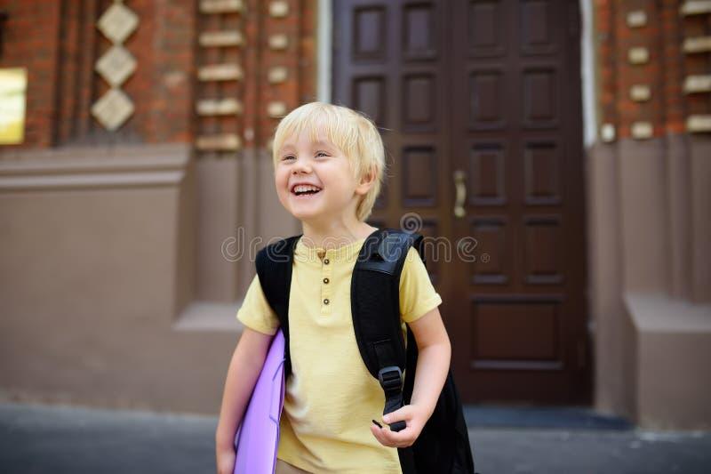 Σπουδαστής κοντά στην πύλη του σχολικού κτιρίου στοκ εικόνα