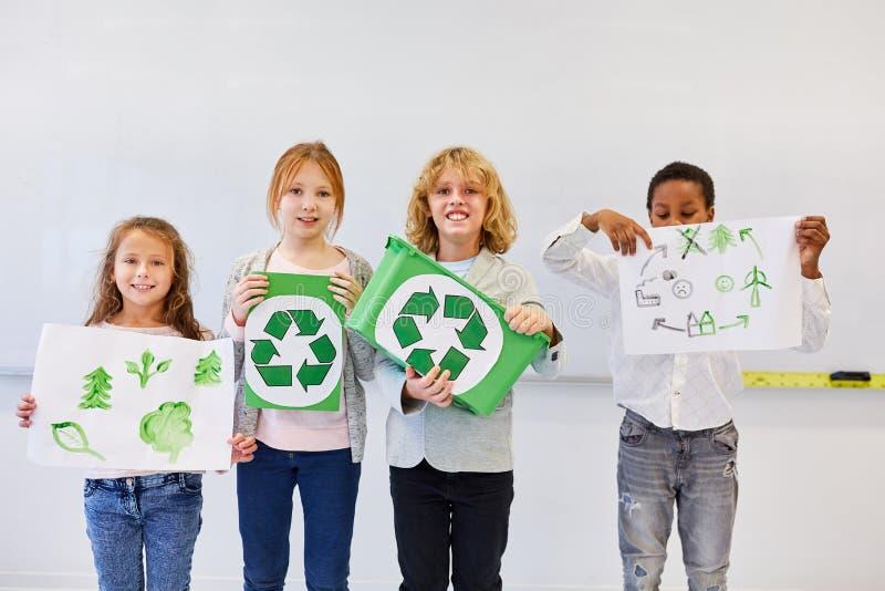 Σπουδαστής με τα σχέδια για το πρόγραμμα ανακύκλωσης στοκ εικόνες