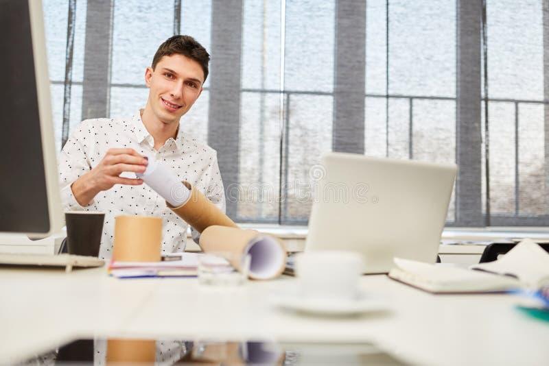 Σπουδαστής με το achitectural σχέδιο αντί της εργασίας στοκ εικόνες με δικαίωμα ελεύθερης χρήσης