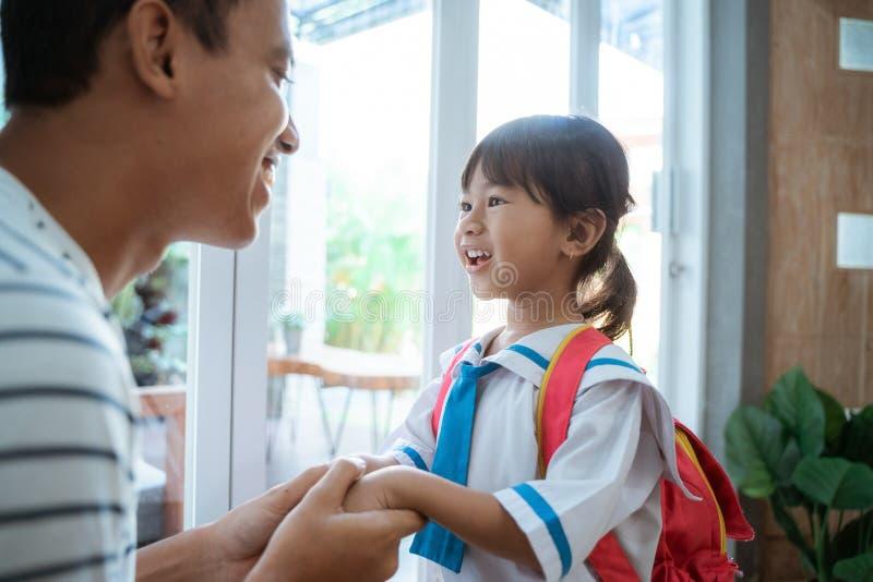 Σπουδαστής παιδικών σταθμών που φορά τη σχολική στολή που ενισχύεται από τον πατέρα της στοκ φωτογραφία με δικαίωμα ελεύθερης χρήσης