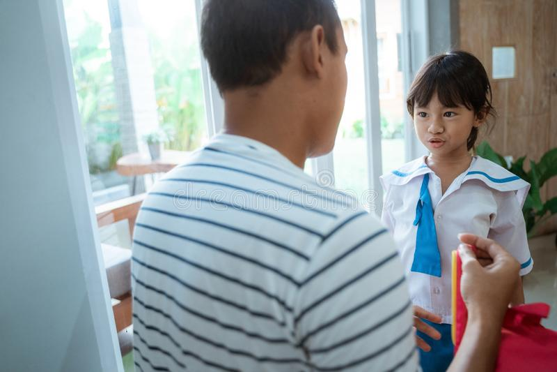 Σπουδαστής παιδικών σταθμών που φορά τη σχολική στολή που ενισχύεται από τον πατέρα της στοκ εικόνες με δικαίωμα ελεύθερης χρήσης